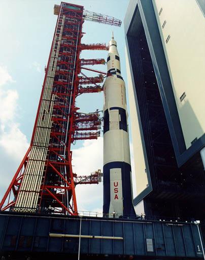 Le lanceur Saturn V à la sortie de l'atelier d'assemblage